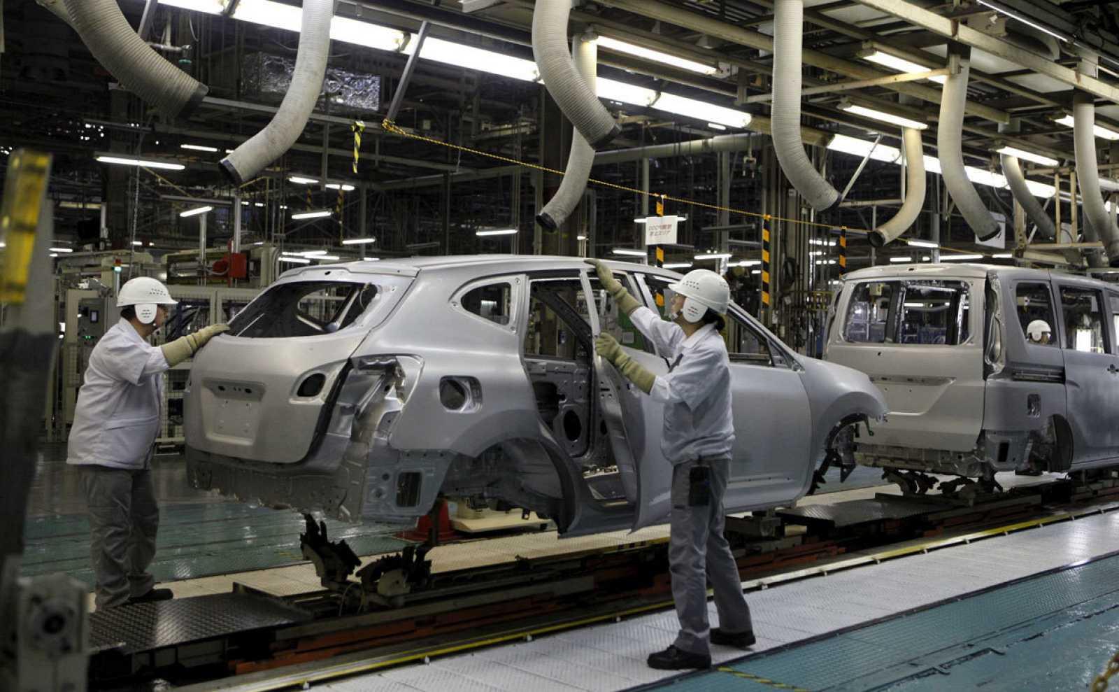 Los empleados de Nissan Motor Co. trabajan en la línea de ensamblaje en la planta Kyushu de la compañía en la ciudad de Kanda, Prefectura de Fukuoka