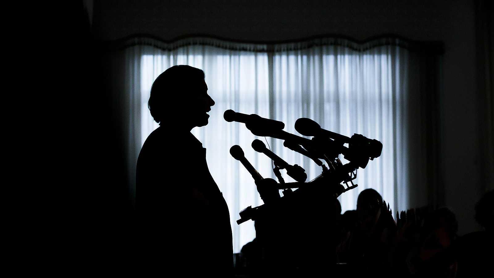 La silueta de la candidata Amy Klobuchar durante su mitin de campaña en Nueva Hampshire