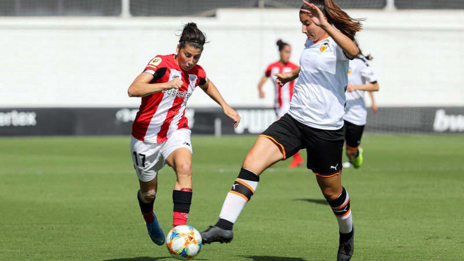 La jugadora del Valencia Femenino Cristina Cubedo (dcha) disputa un balón con la jugadora del Athletic de Bilbao Lucía García