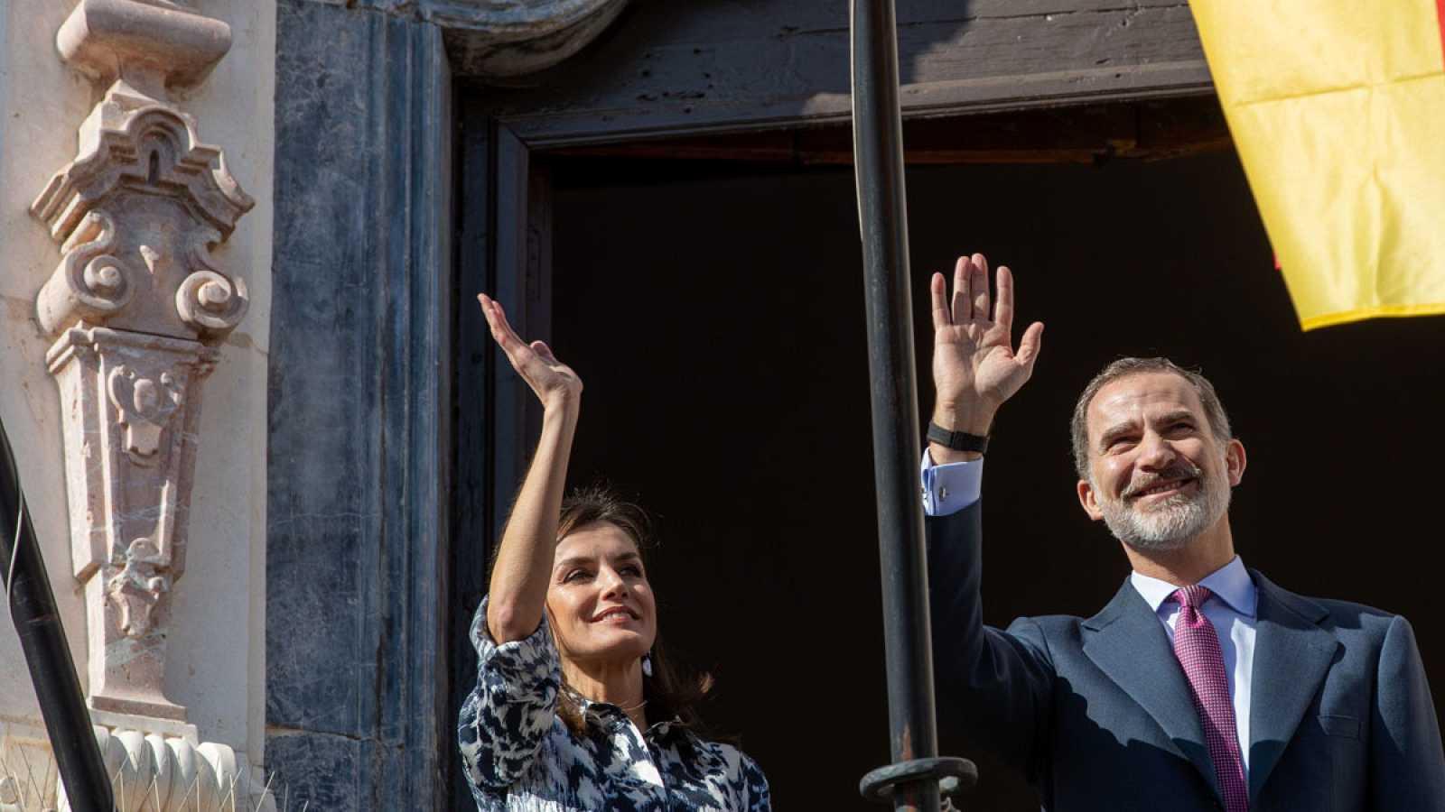 Los reyes Felipe y Letizia saludan desde el balcón del Palacio de Benamejí en Écija (Sevilla)