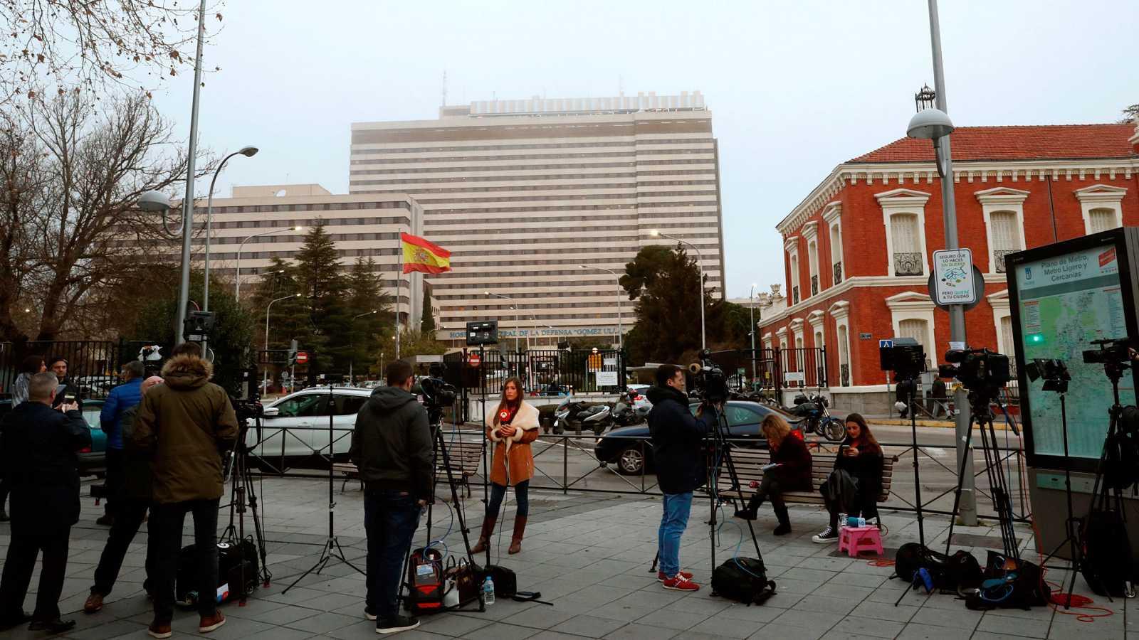 Varios medios de comunicación a las puertas del Hospital Militar Gómez Ulla de Madrid