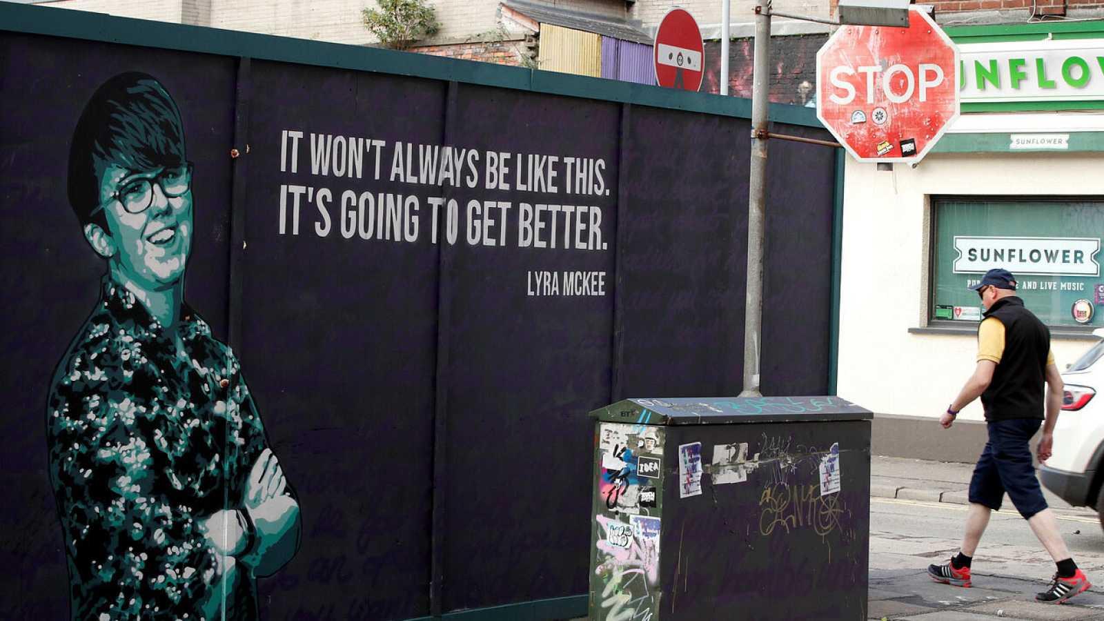 Un mural homenajea a la fallecida periodista Lyra Mckee en Belfast