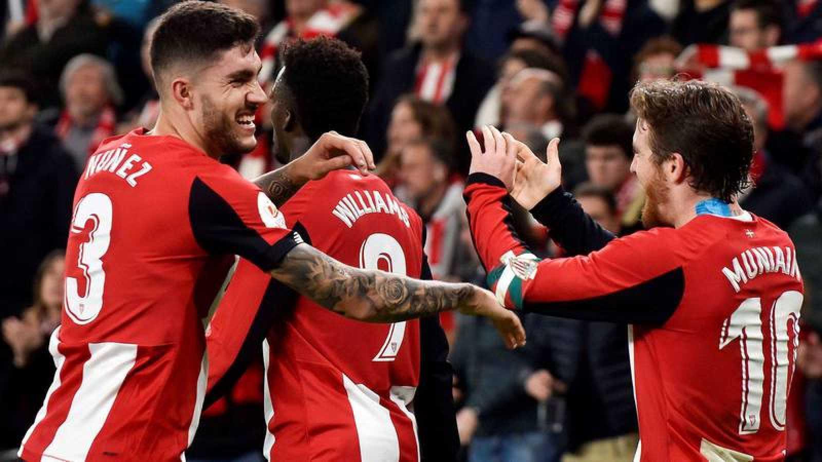 El centrocampista del Athletic Club de Bilbao Iker Muniain (d) celebra con sus compañeros su gol, primero de su equipo ante el Granada CF