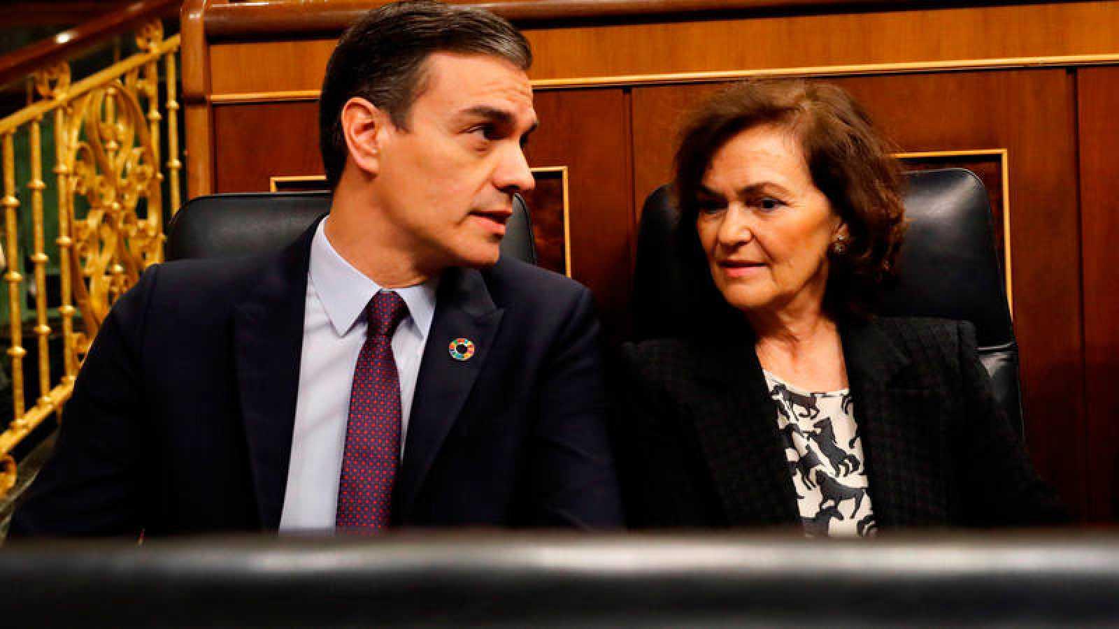 El presidente del Gobierno, Pedro Sánchez, y la vicepresidenta primera, Carmen Calvo