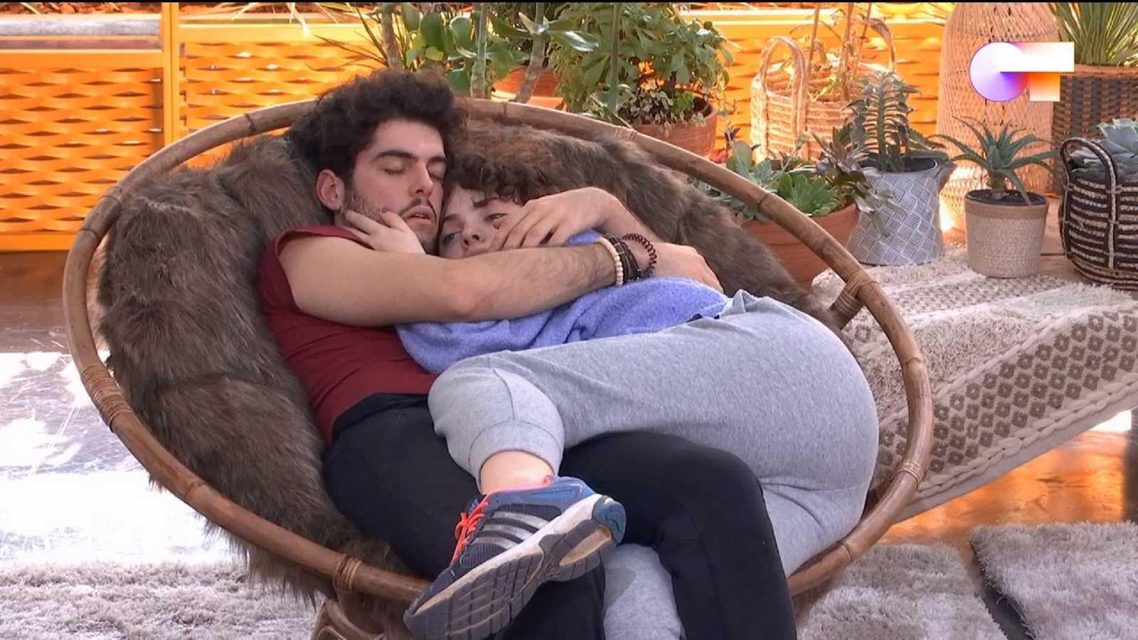 Rafa y Anne duermen abrazados en el mismo sillón