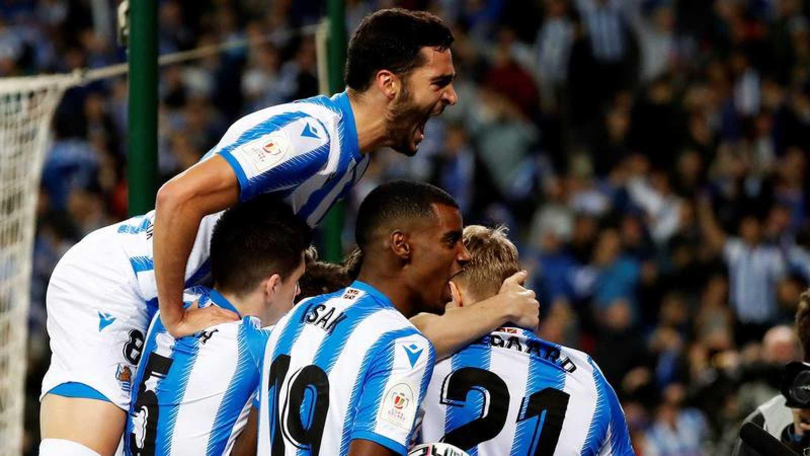 Los jugadores de la Real Sociedad celebran el gol de Mikel Oyarzabal, primero del equipo ante el Mirandés