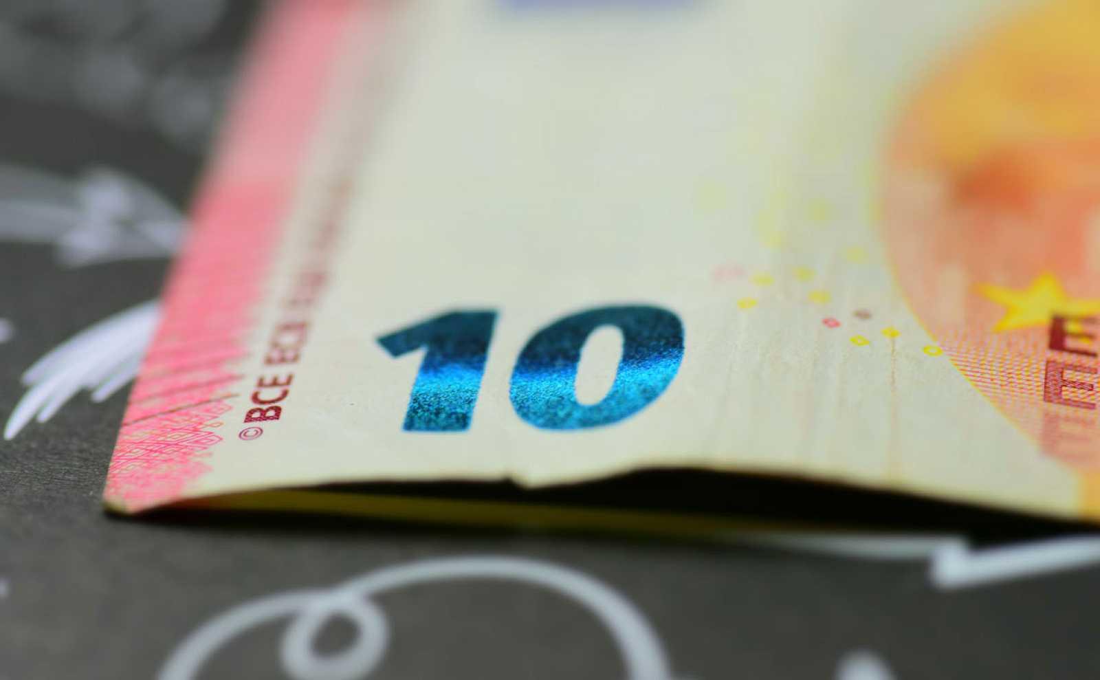 Billete de diez euros con las siglas BCE (Banco Central Europeo) enfocadas.