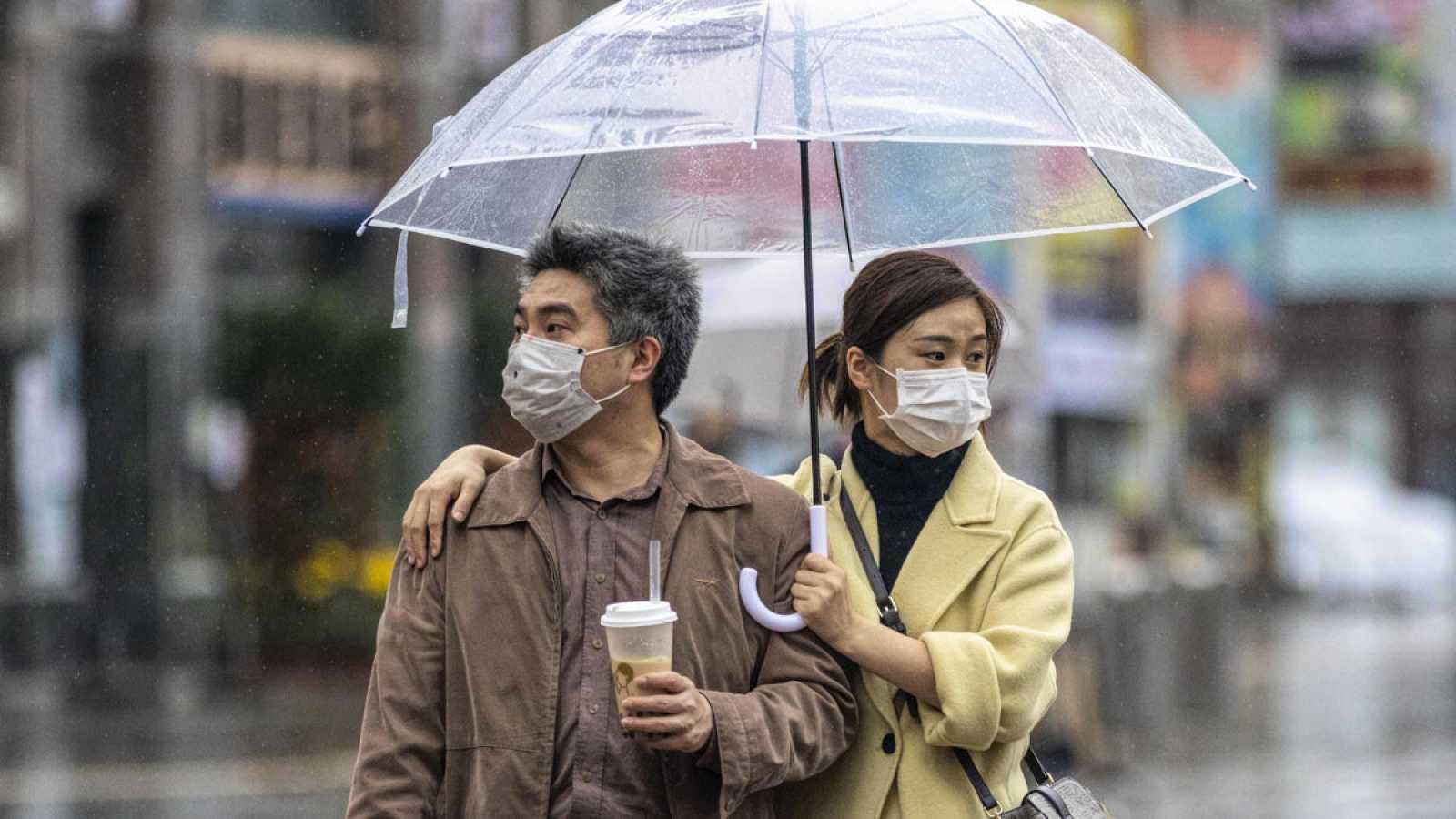 Una pareja pasea con mascarillas en Guangzhou, China