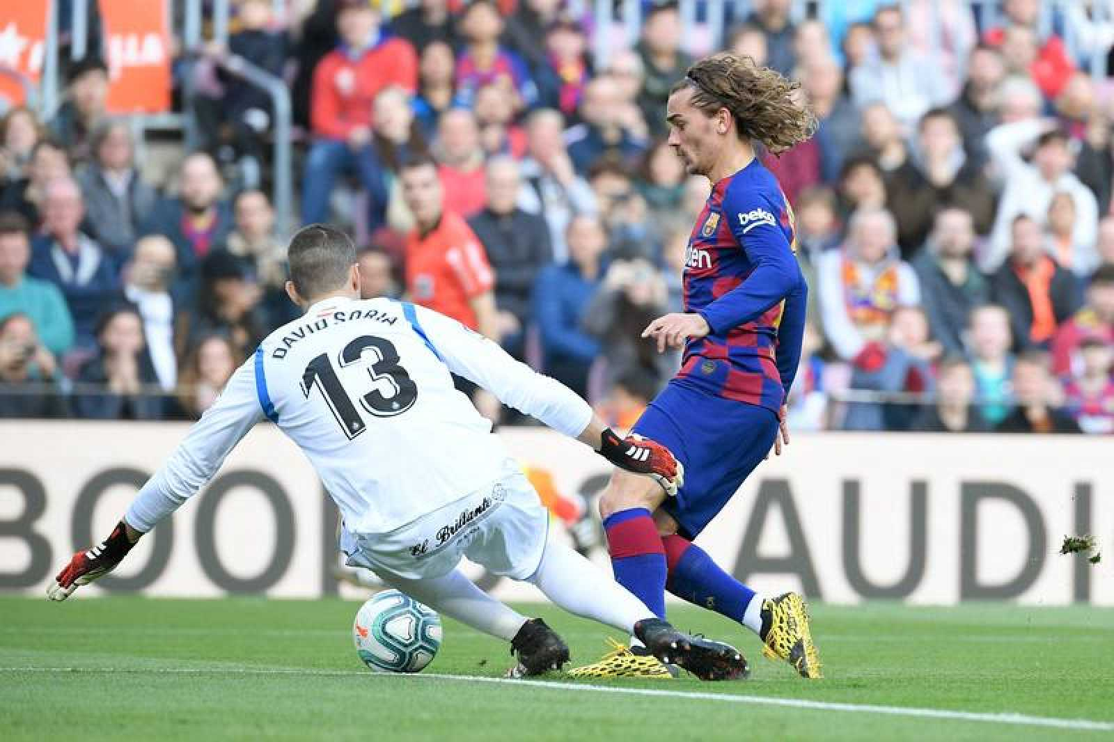 Griezmann (d) marca ante el portero del Getafe, Soria.