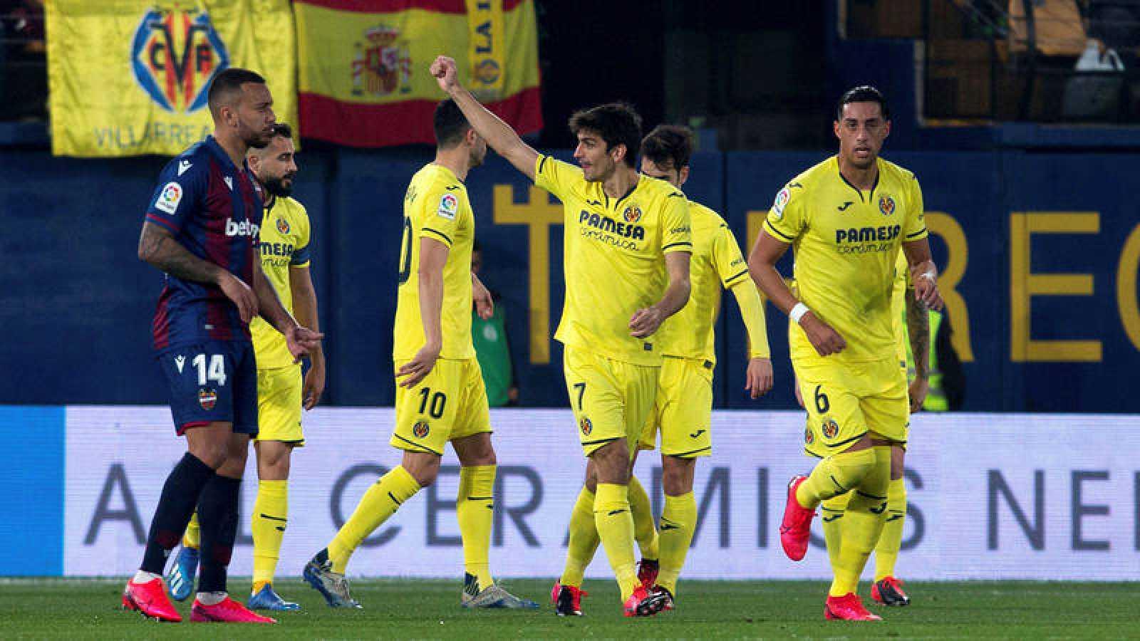 El delantero del Villarreal Gerard Moreno (c) celebra el primer gol ante el Levante