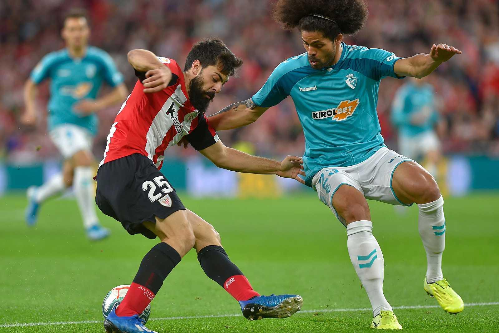 Villalibre (i) y Aridane luchan por un balón, durante el partido