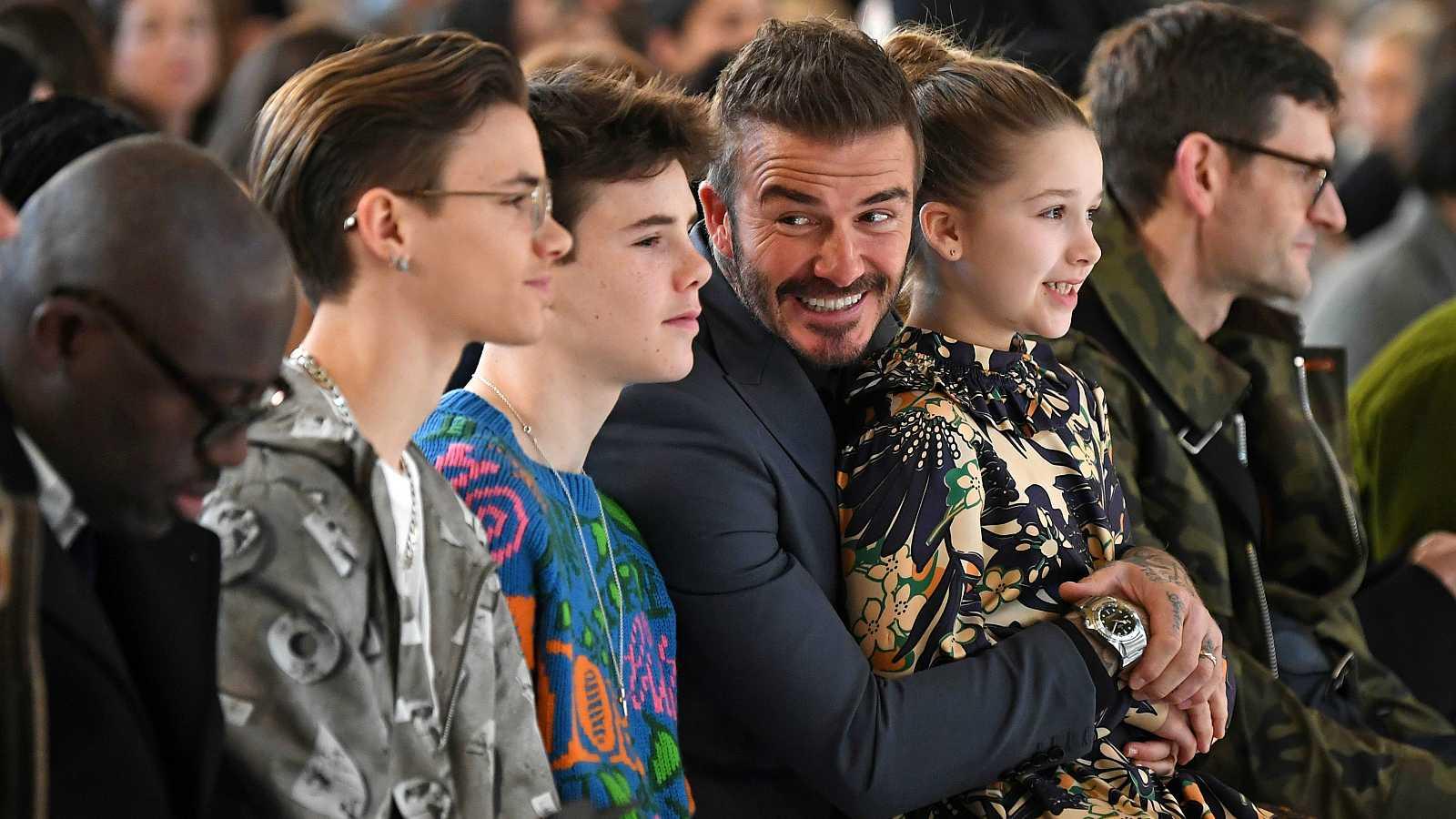 La familia de Victoria Beckham en el desfile de la London Fashion Week. De izquierda a derecha: Romeo, Cruz, David y Harper