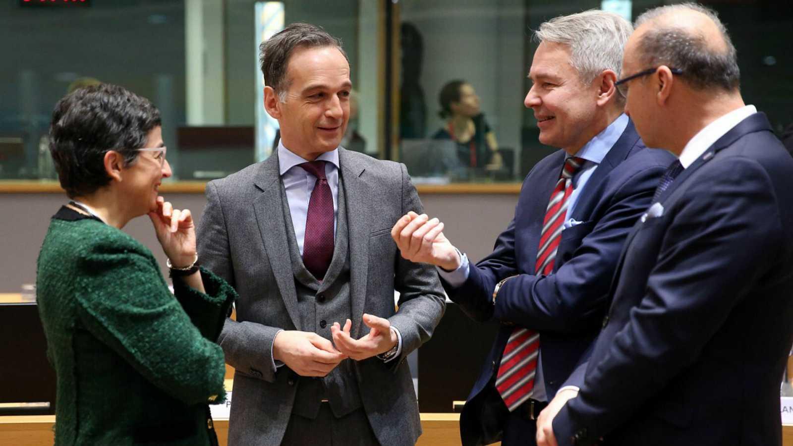 González Laya charla con otros representantes durante el Consejo de ministros de Exteriores de la UE