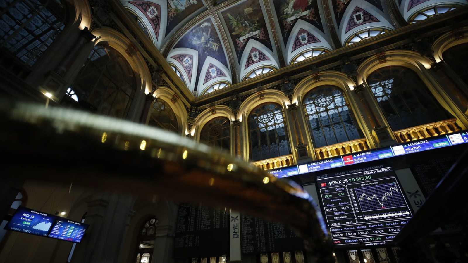 Un panel muestra la evolución del IBEX 35 en la Bolsa de Madrid