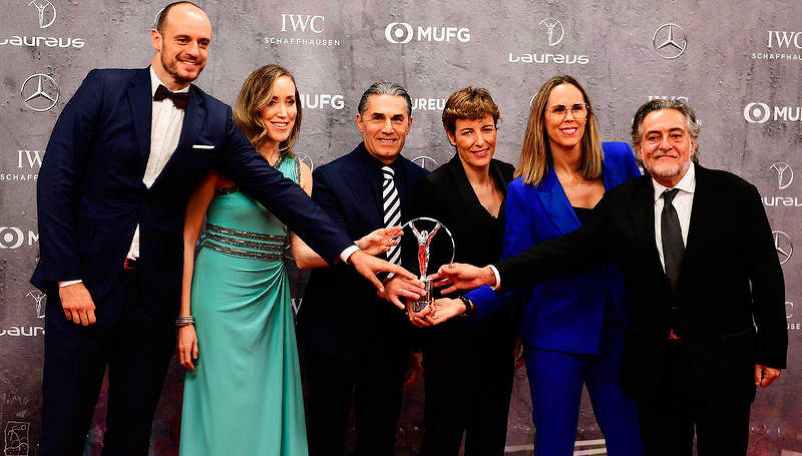 Los representantes del baloncesto español, con el Laureus.