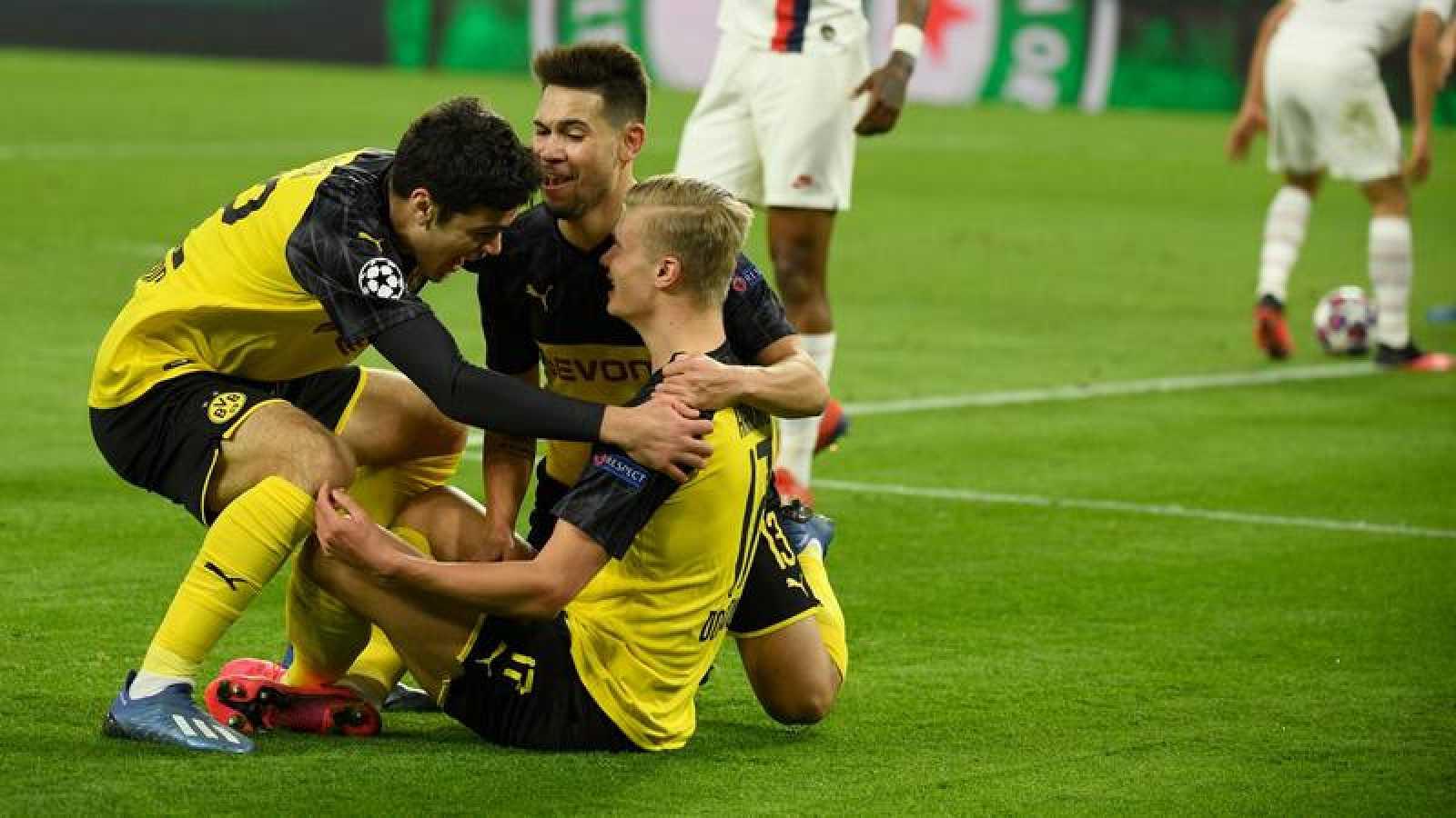 El jugador del Borussia Dortmund es felicitado por sus compañeros tras anotar el primer gol ante el PSG.