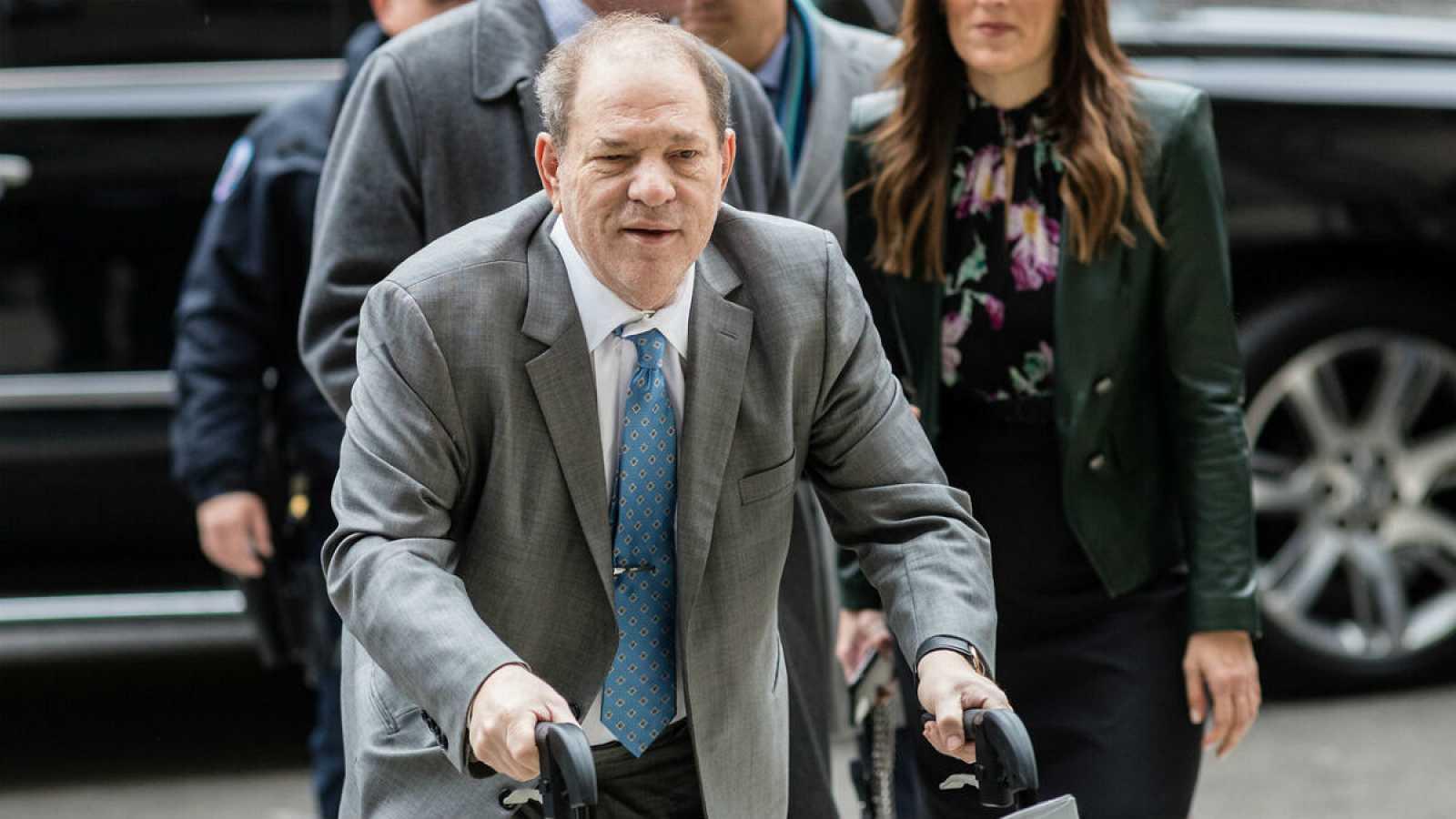 El exproductor Harvey Weinstein, en la entrada de la Corte Suprema de Nueva York, donde se decidirá si es culpable o no de cinco delitos.