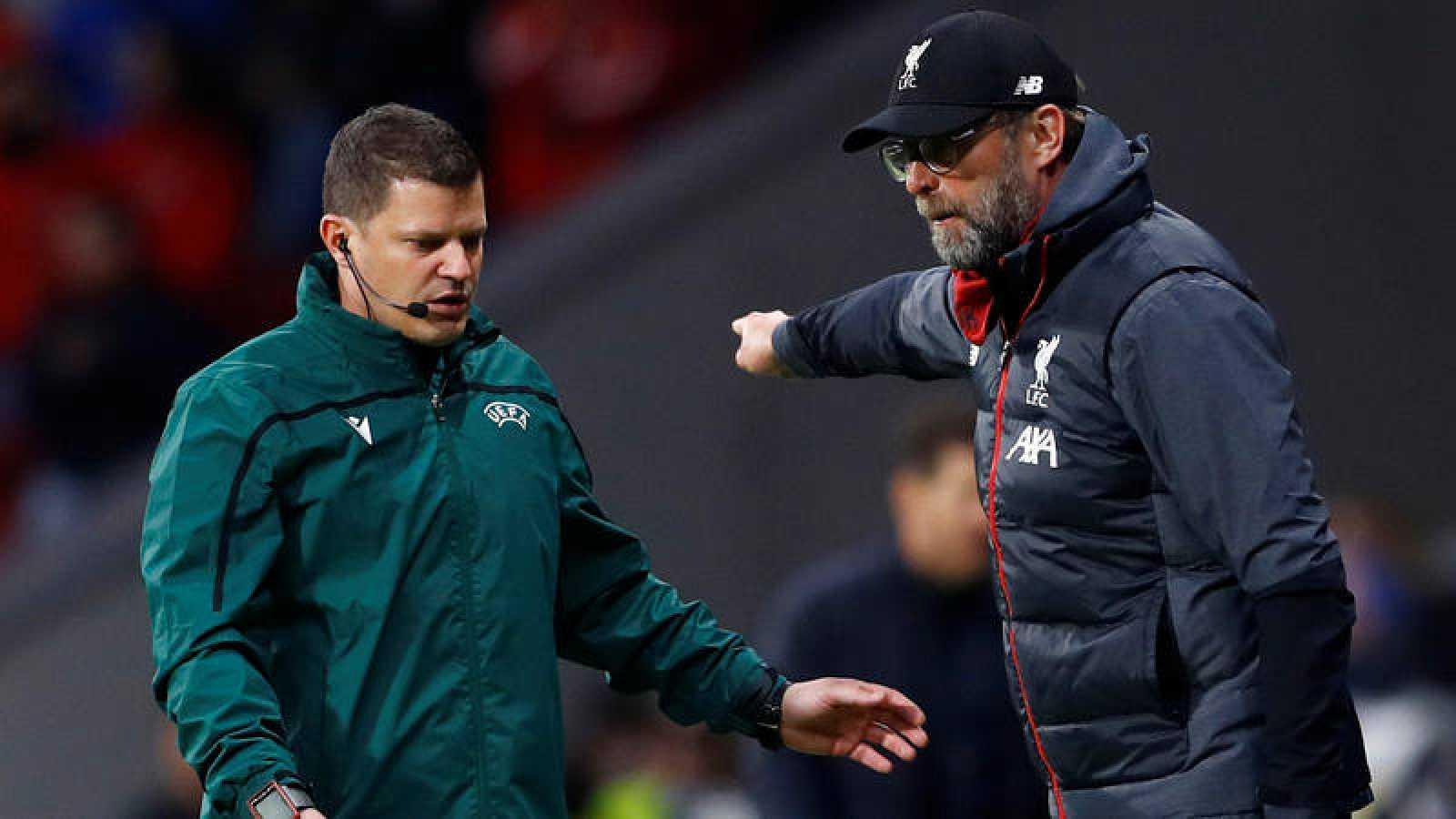 El entrenador del Liverpool, Jurgen Klopp, protesta al cuarto árbitro en el partido contra el Atlético de Madrid.
