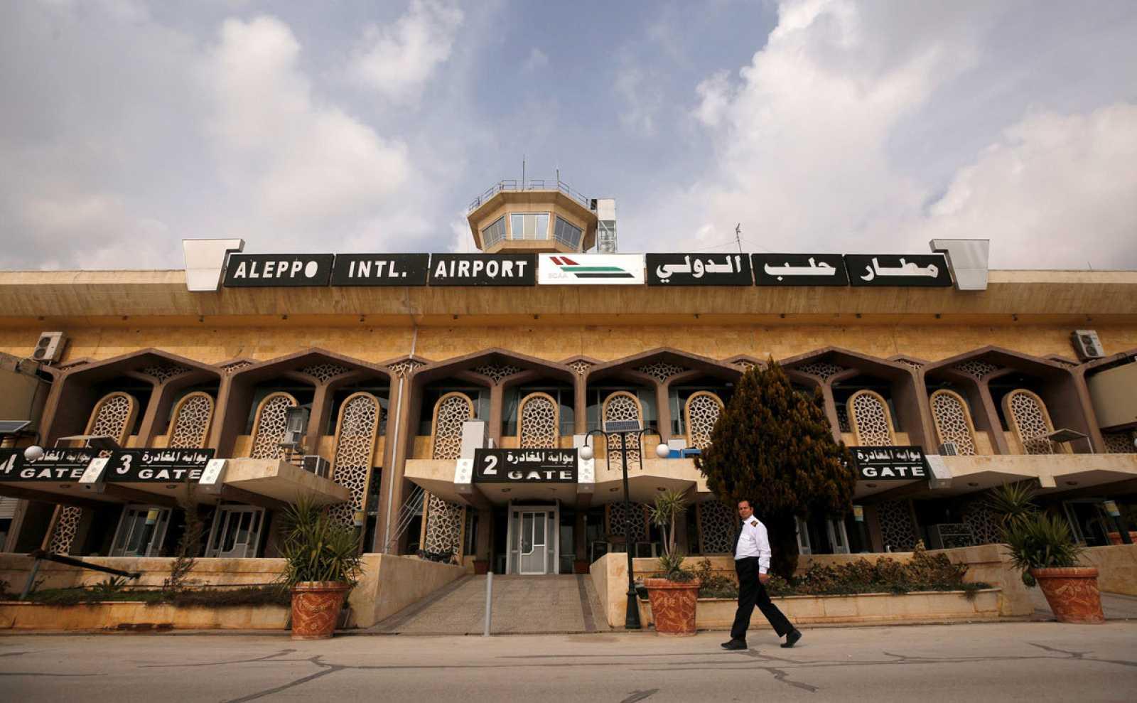 Un hombre camina frente a la entrada del aeropuerto internacional de Alepo tras su reapertura después de siete años cerrado por la guerra.