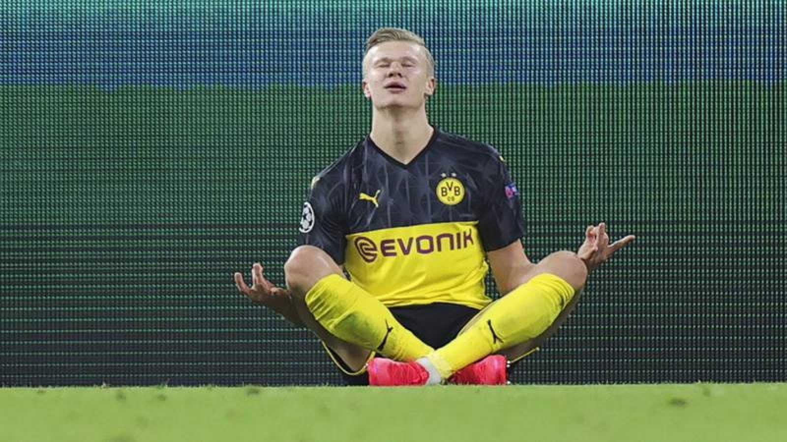 Erling Haaland celebra su primer gol contra el PSG