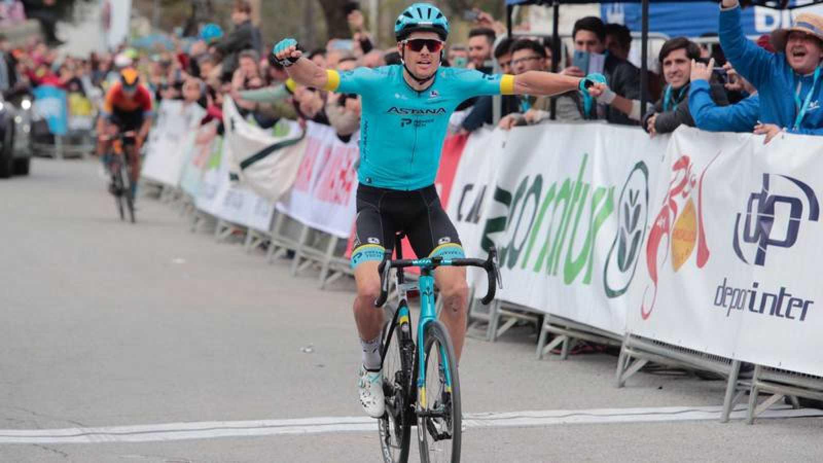 El ciclista danés Jakob Fuglsang, celebra la victoria en la primera etapa de la Vuelta a Andalucía.
