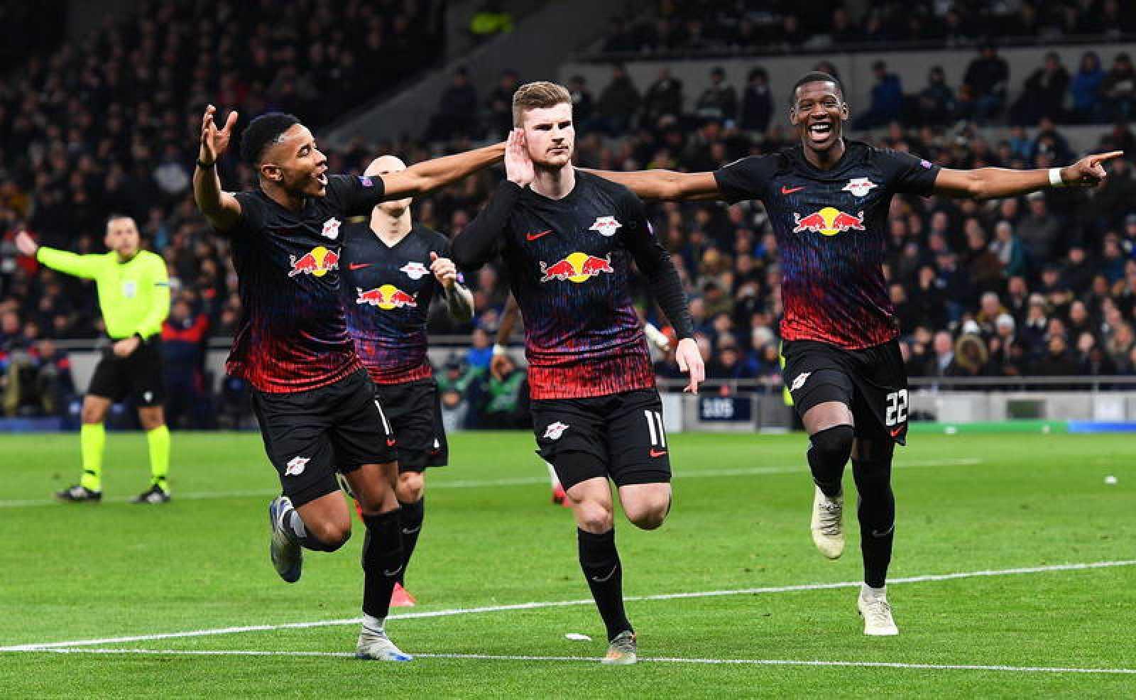 Timo Werner, en el centro, se lleva una mano a la oreja entre sus compañeros del Leipzig tras marcar en el campo del Tottenham