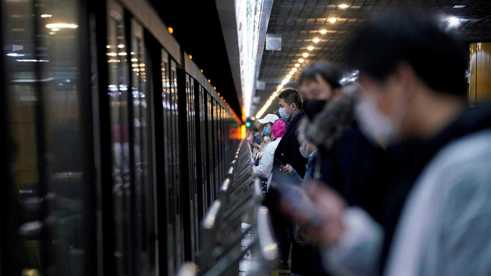 El metro de Shánghai en pleno brote del COVID-19, cuando había menos restricciones de circulación.