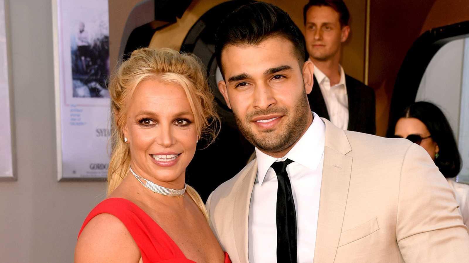 Britney Spears y su novio Sam Asghari posando el verano pasado en una alfombra roja