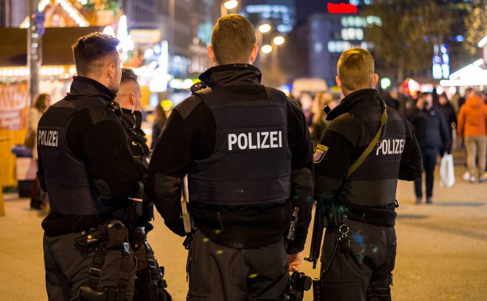 Policías alemanes vigilan un mercado en Frankfurt durante las navidades de 2018.