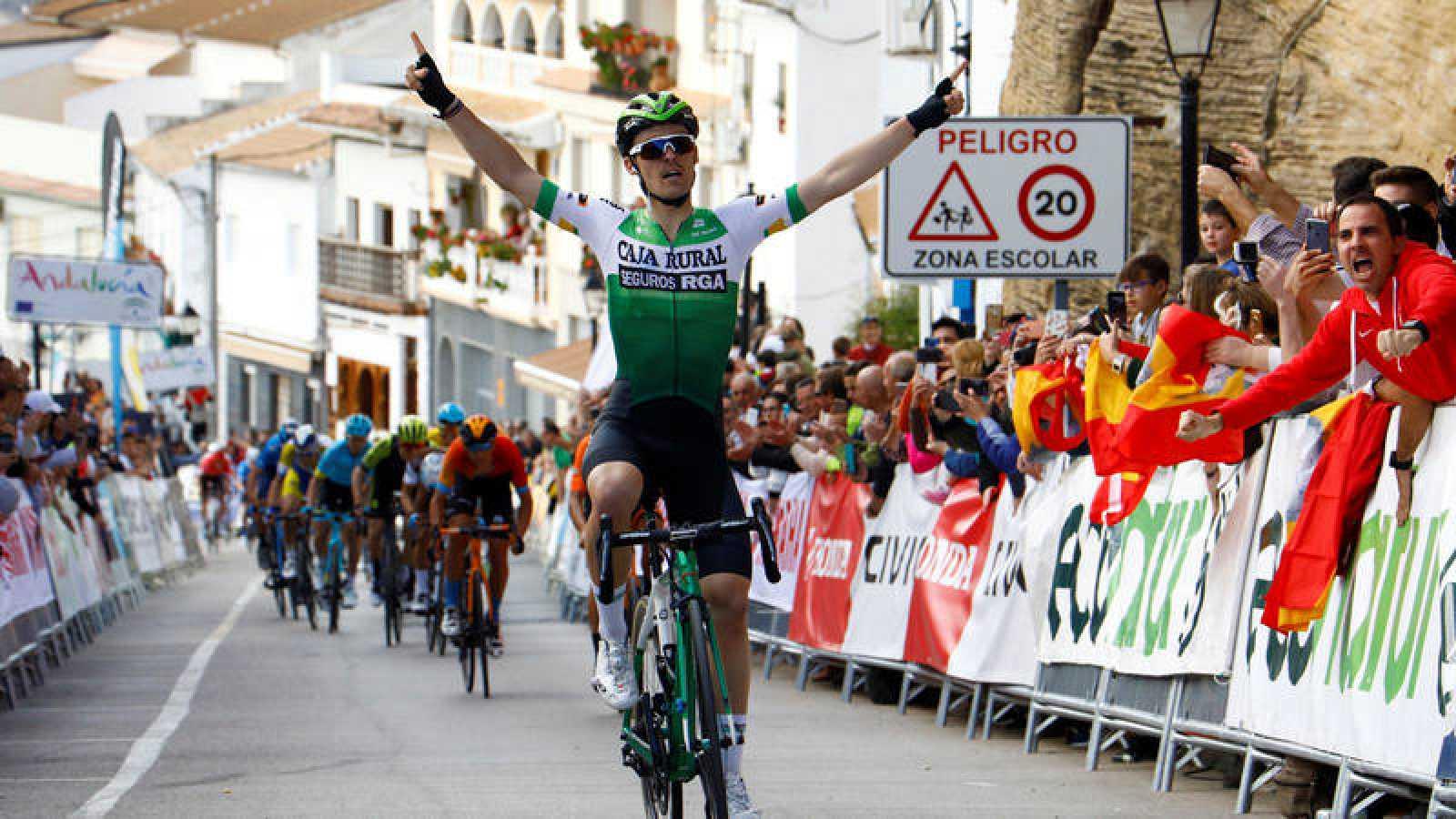 El español Gonzalo Serrano gana la segunda etapa de la Vuelta a Andalucía.