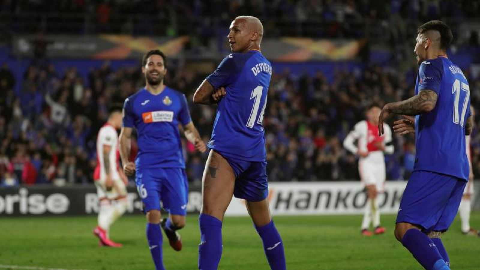 El delantero brasileño del Getafe, Deyverson celebra tras marcar el 1-0 ante el Ajax.