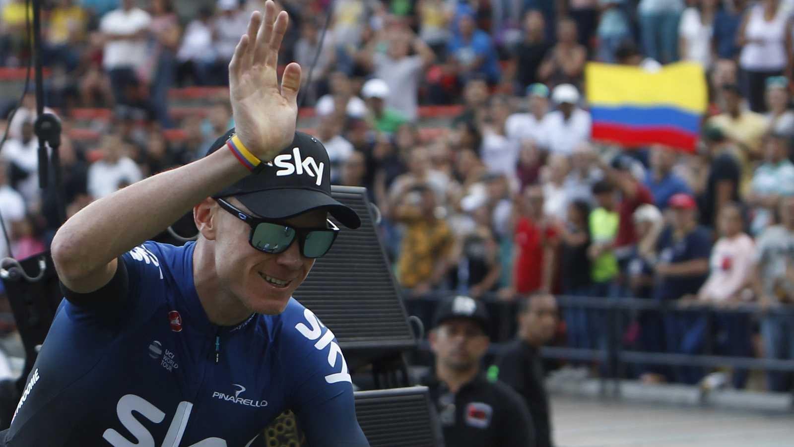 El ciclista británico Chris Froome (c)saluda al público en Medellín durante la presentación de los participantes del Tour de Colombia