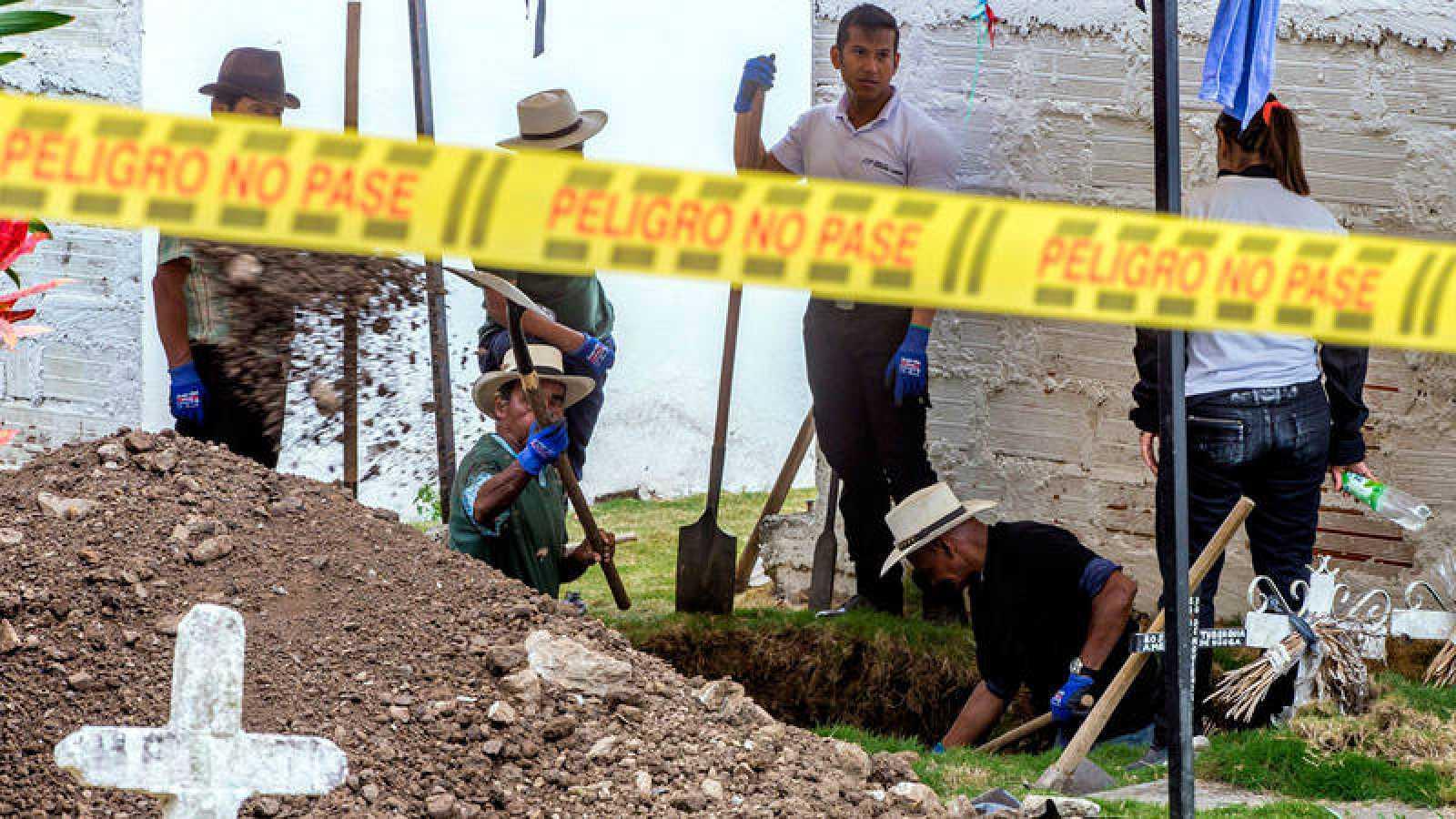 Antropólogos y funcionarios de la Unidad de Investigación y Acusación de la Justicia Especial para la Paz exhuman un cuerpo en e