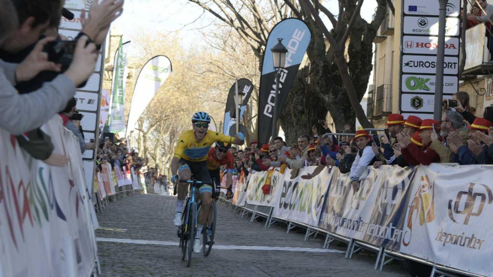 Jakob Fuglsang cruza la meta seguido de Pello Bilbao