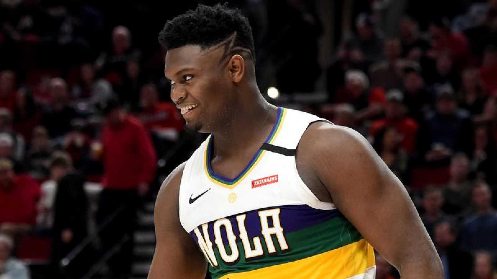 El jugador de los Pelicans sonríe durante su partido ante los Blazers.