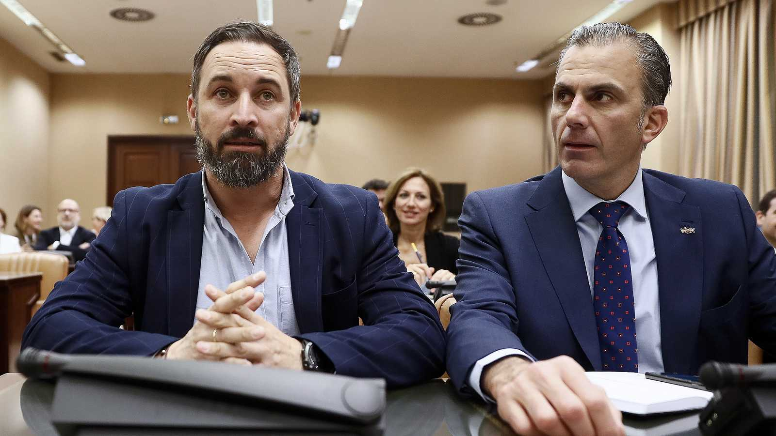 Santiago Abascal y Javier Ortega Smith, durante la reunión del grupo parlamentario de Vox en el Congreso.