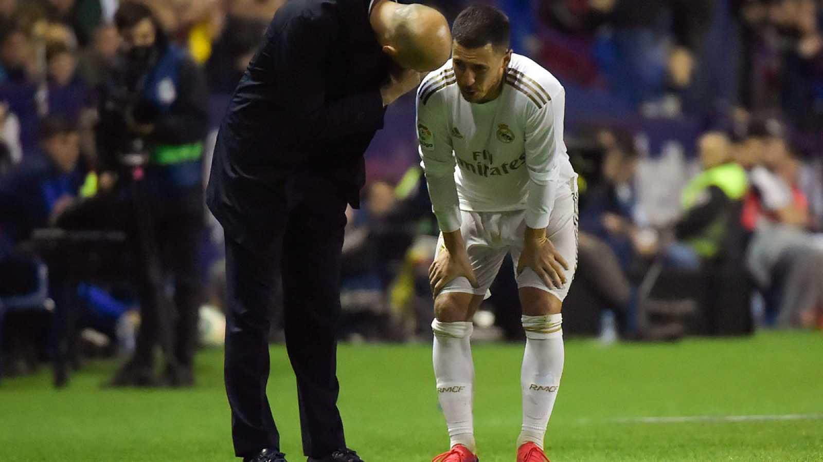 Zidane consuela a Hazard, lesionado