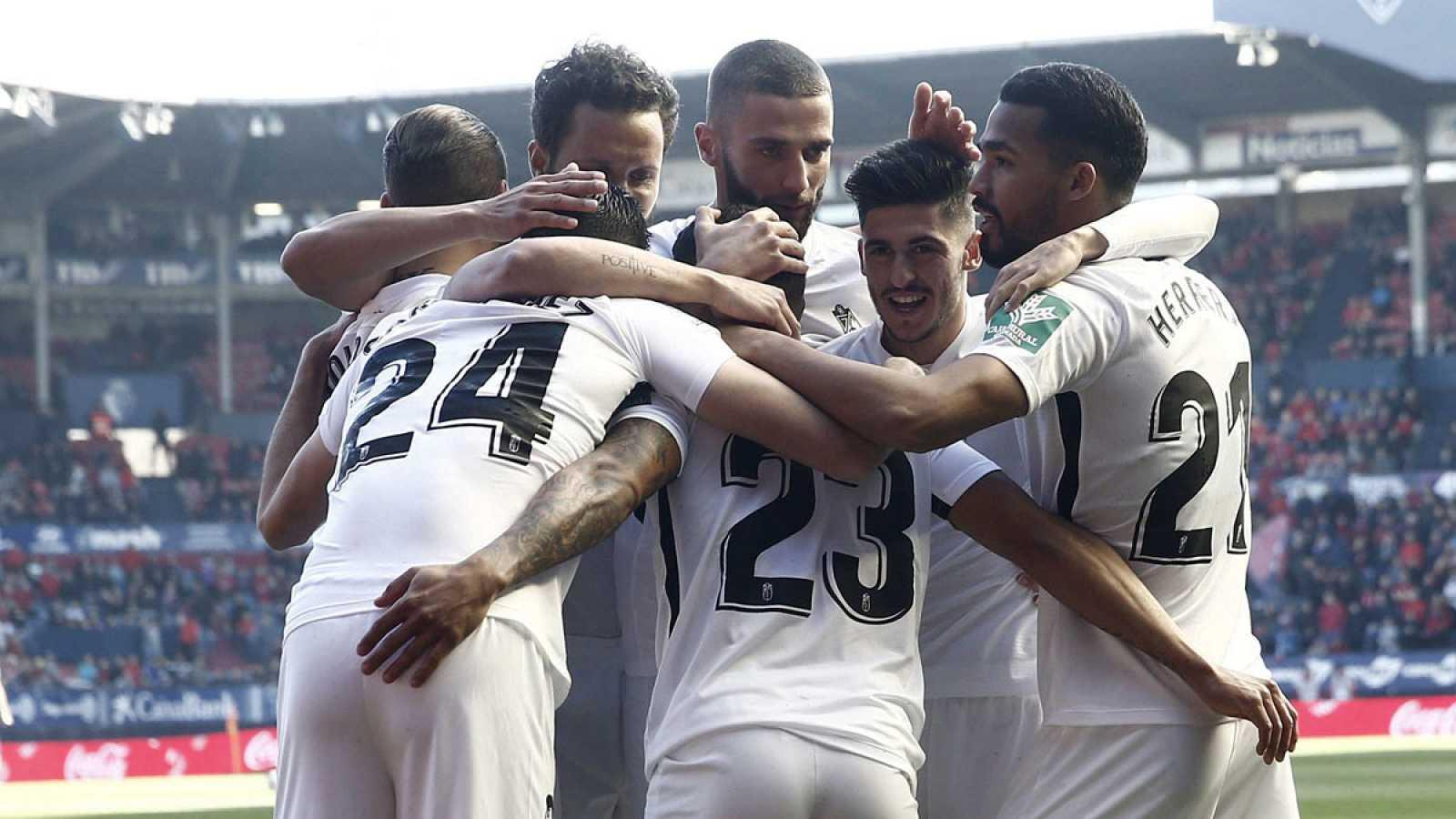 Los jugadores del Granada celebran uno de los goles del delantero venezolano Darwin Machís