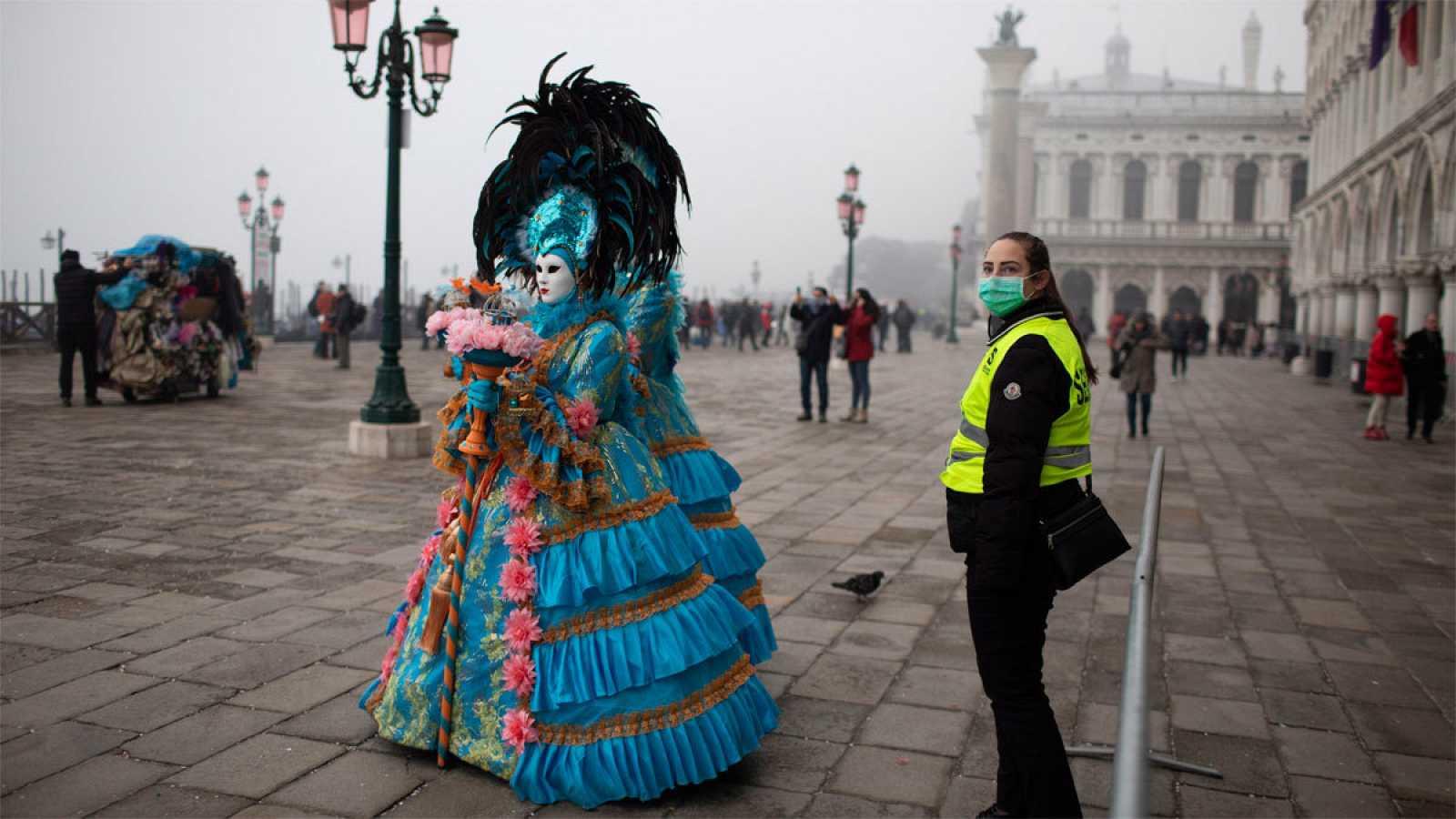 Una guardia de seguridad lleva mascarilla en Venecia durante el carnaval