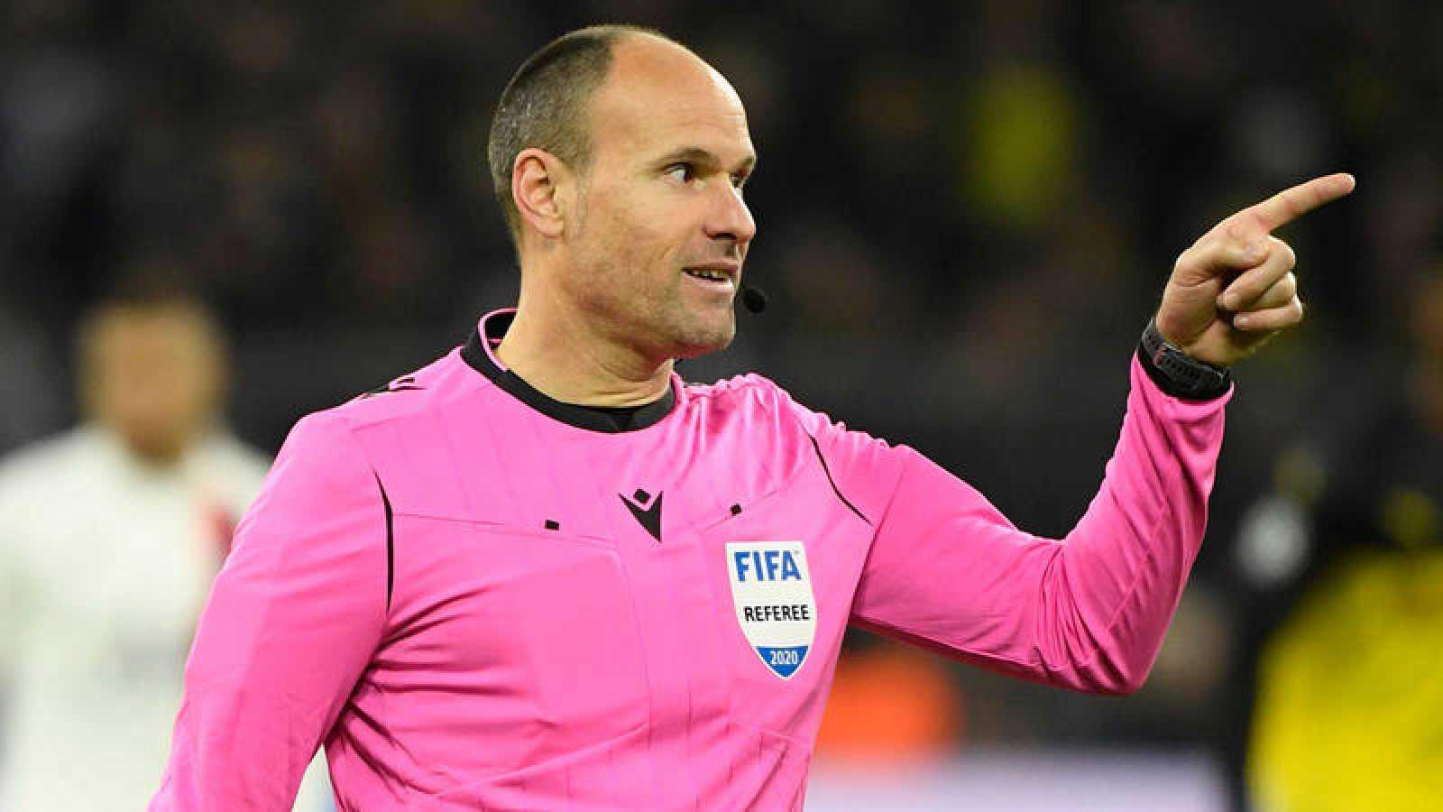 Antonio Mateu Lahoz, durante el pasado Borussia Dortmund - PSG de Champions.