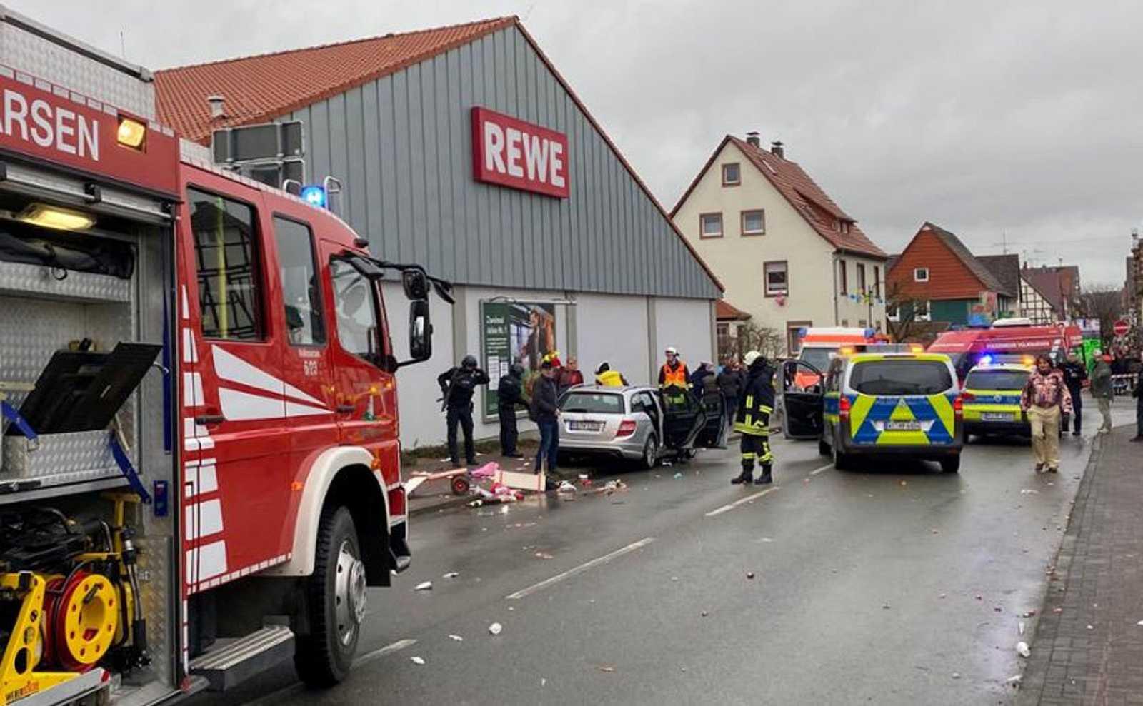 Atropello masivo a una multitud durante un desfile del carnaval en Volkmarsen, Alemani ile ilgili görsel sonucu