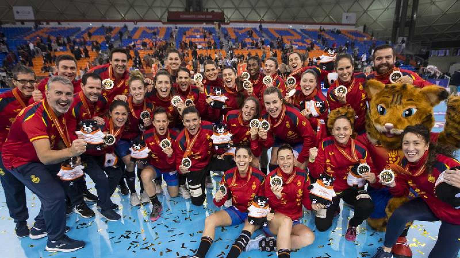 La selección española femenina de balonmano posa con la medalla de plata conseguida en el Mundial de Japón 2019.