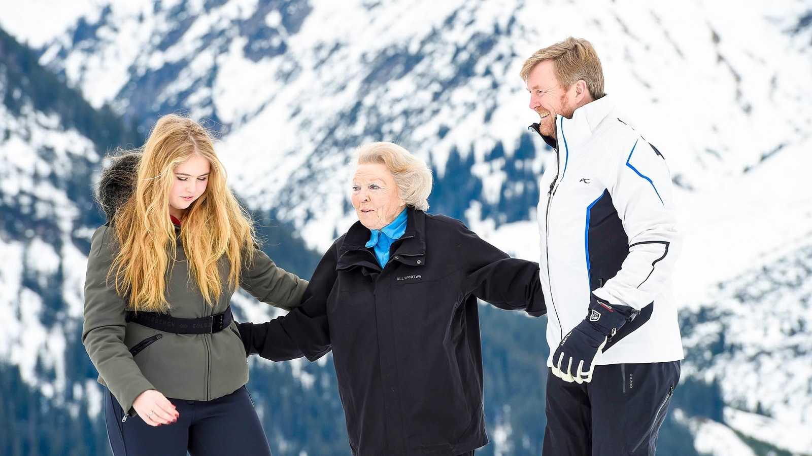 La reina emérita Beatriz de Holanda junto a su hijo Guillermo y la princesa Amalia