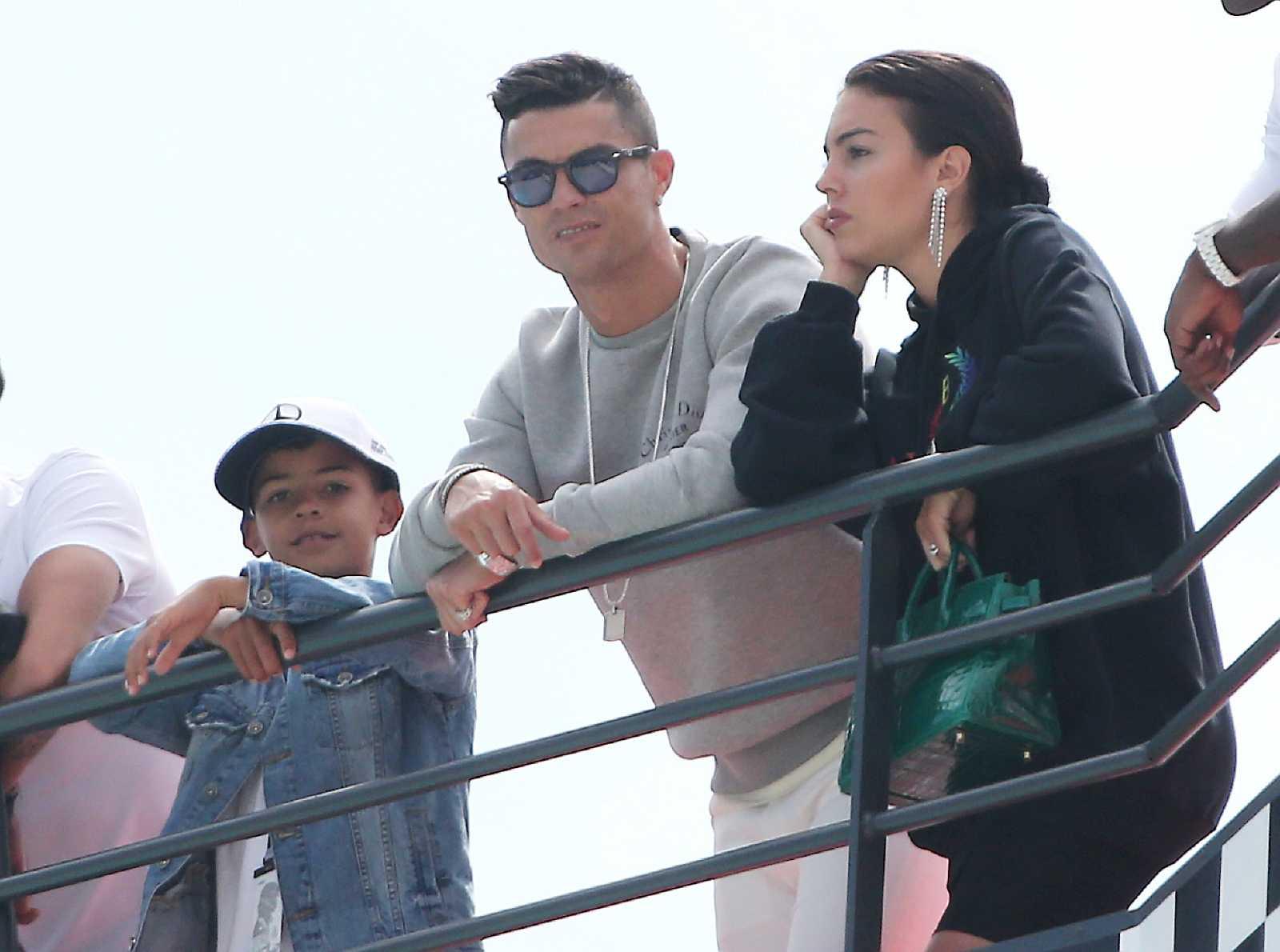 La familia de Cristiano Ronaldo en un palco viendo una competición deportiva. De izquierda a derecha: Su hijo, Cristiano Ronaldo Jr, Cristiano y su pareja, Georgina Rodríguez