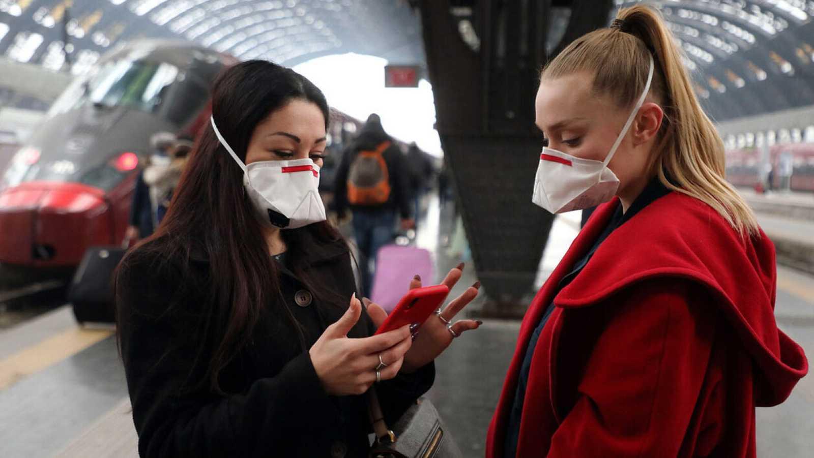 Pasajeras con mascarilla en la estación central de Milán, Italia, por el coronavirus. Foto: EFE/EPA/MATTEO BAZZI