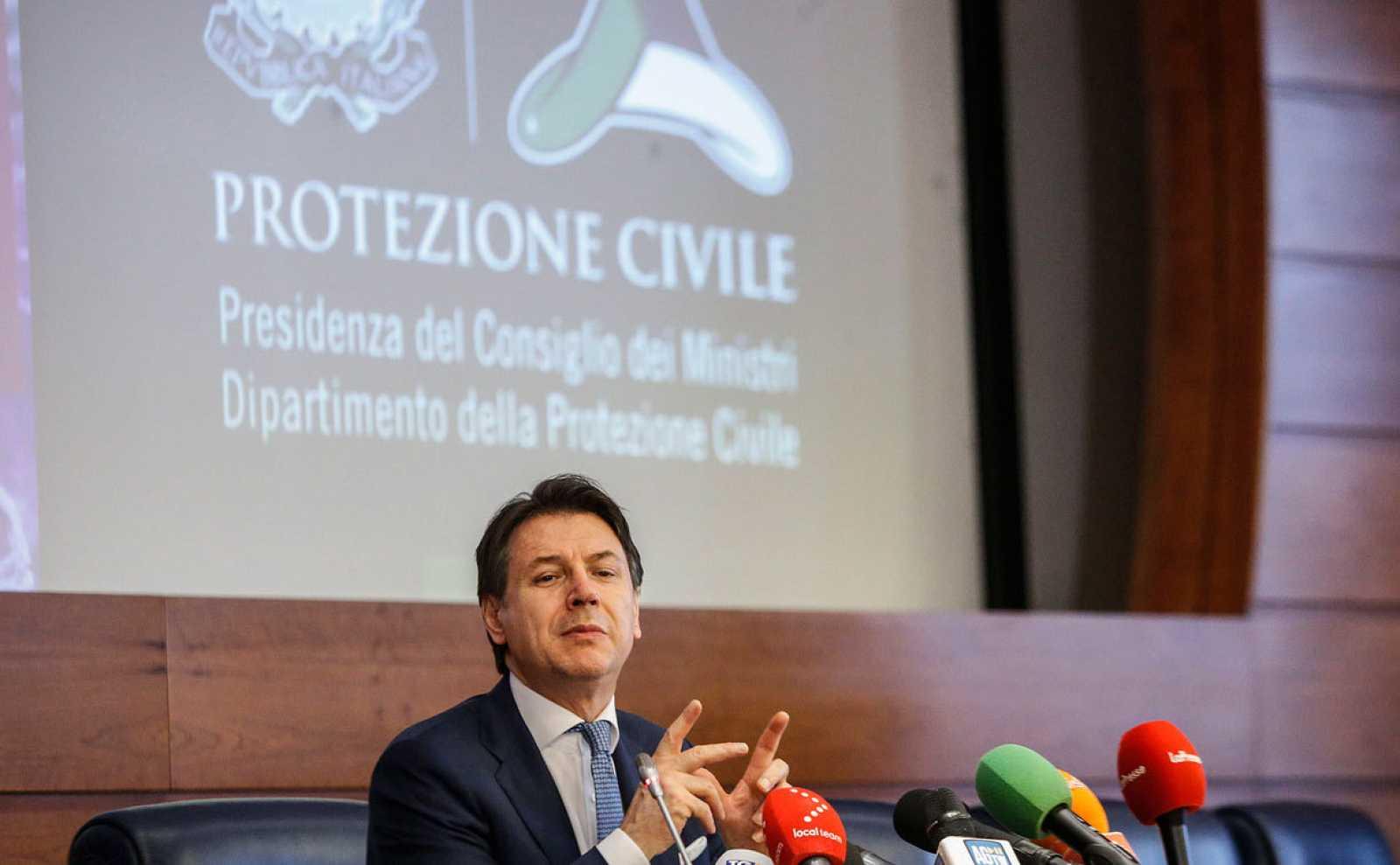 El primer ministro italiano, Giuseppe Conte, responde a las preguntas de los periodistas después de una reunión entre el Gobierno y las Regiones sobre la emergencia del coronavirus en la sede del Departamento de Protección Civil, en Roma