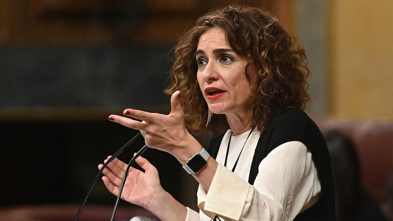La ministra de Hacienda, María Jesús Montero, interviene en una sesión de control al Gobierno