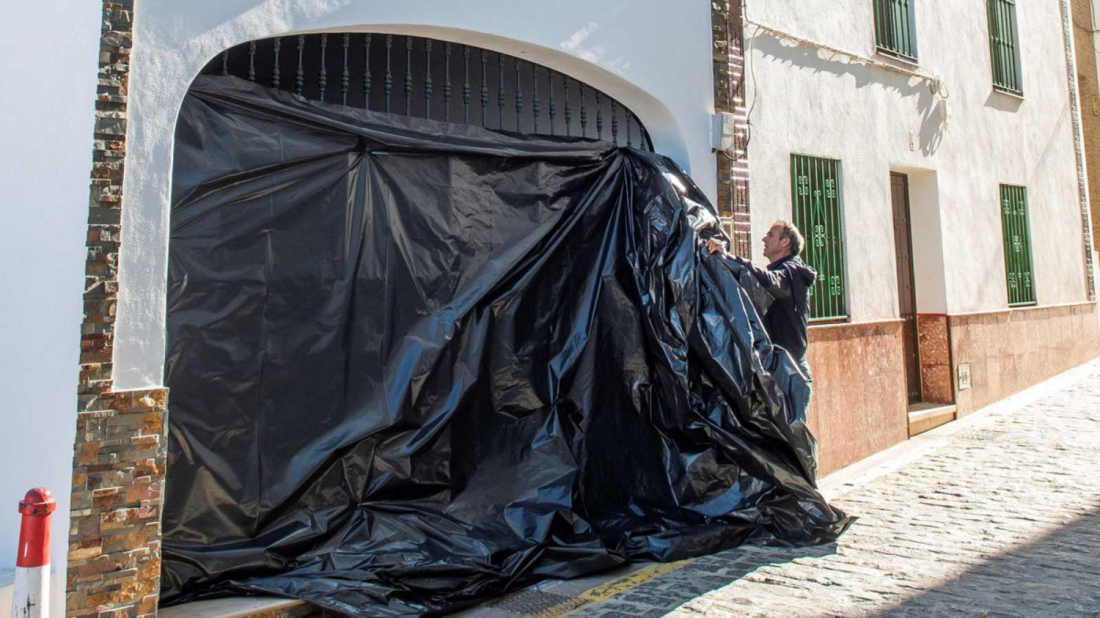Exterior de la vivienda de Aznalcóllar donde vivía y fue asesinada la mujer.