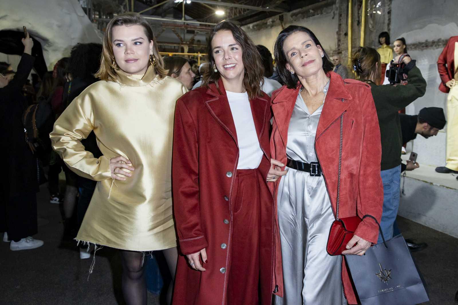 Estefanía de Mónaco y sus hijas vestidas con los diseños de una de ellas, Pauline Ducruet en su desfile dentro de la Semana de la moda de París