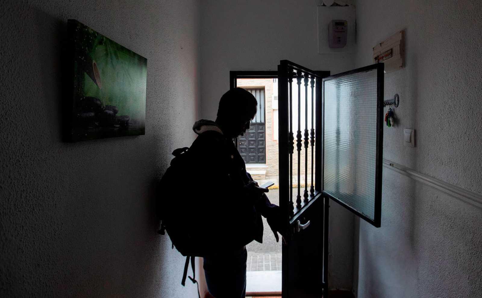 Un menor no acompañado cierra la puerta en un piso de acogida en Chiclana, Cádiz.